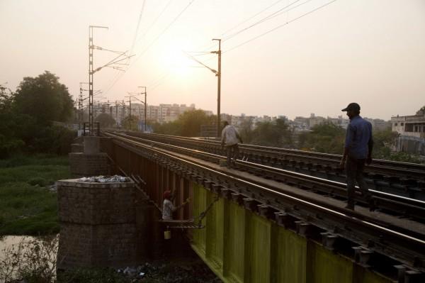 印度鐵路公司將招聘鐵路司機、調度員、鐵路工人在內約9萬名工作人員,沒想到報名人數竟高達2800萬人。(美聯社)