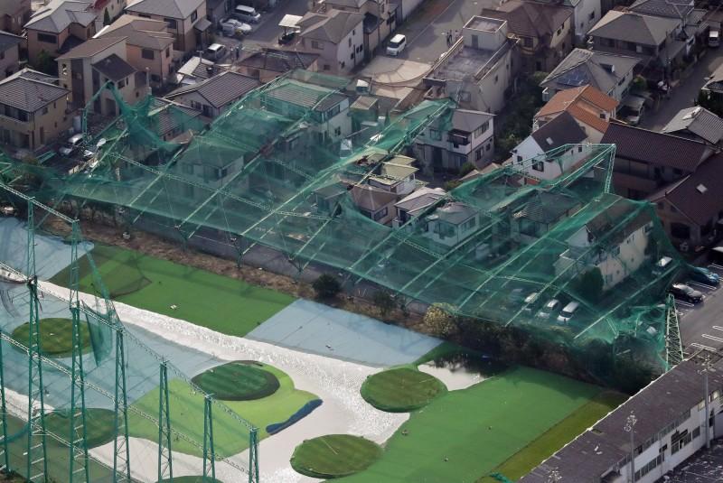 千葉縣一座高爾夫球練習場的網布與樑柱遭暴風吹倒,壓向後方十幾棟民宅。(歐新社)