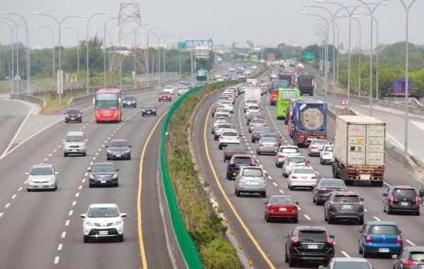 男子在國道上被民眾檢舉變換車道沒打方向燈,被連開2張罰單,提出行政訴訟後被法官判敗訴。(資料照)