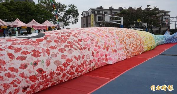 長25公尺的鯉魚旗是全台首見。(記者林敬倫攝)
