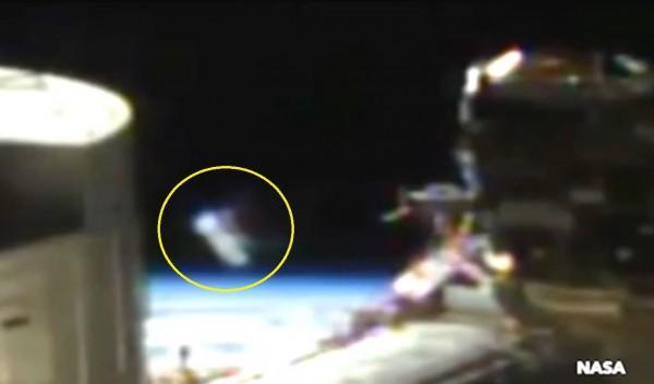 NASA國際太空站的直播影片中,出現一個在太空中飄動的白色不明物體。(圖擷自YouTube)