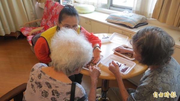 台灣老年人口年年增加,面臨長照缺工問題。(資料照,記者蘇金鳳攝)