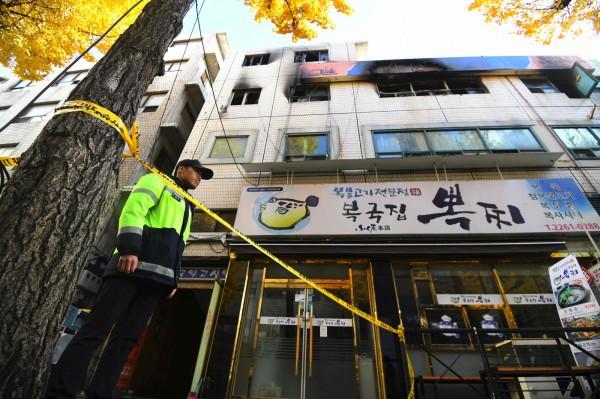 南韓首爾鐘路區今(9)日凌晨5時許,一棟樓高3層的「考試院」(分租公寓)發生大火,目前共釀7死11傷,雖大火已在7時許撲滅,但有官員透露,傷亡恐再攀升。(法新社)