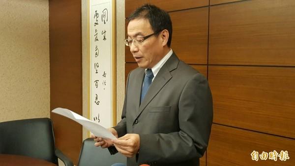 新竹市光復中學校長程暁銘,今日下午召開記者會,發表辭職聲明。(記者蔡彰盛攝)