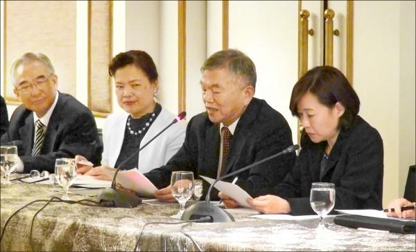 台菲部長級經濟合作會議在菲律賓馬尼拉舉行,雙方簽署更新台菲投保協定。圖為經濟部長沈榮津(右二)在閉幕儀式致詞。(中央社)