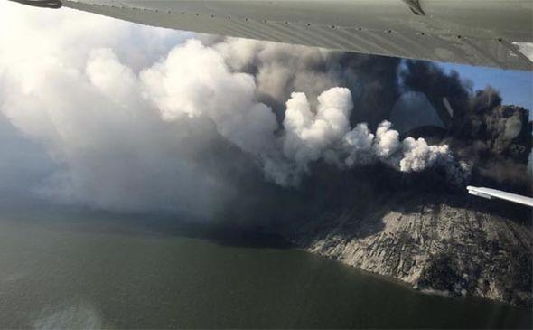卡多瓦爾島是休眠狀態的火山,上週五火山爆發。(取自網路)