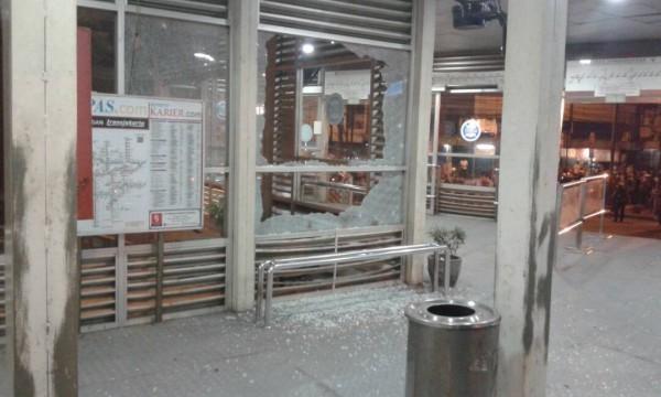 從現場的畫面可以看到,巴士車站玻璃被嚴重震碎,碎片橫飛。(圖取自推特)