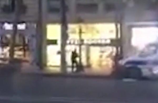 槍手遭擊斃畫面。(圖取自影片)