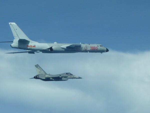國防部稍早表示,今天上午,中共有運8型機二架由我南部防空識別區外,經巴士海峽向東北航行,執行遠海長航訓練,圖為中國一架轟六轟炸機日前飛經台灣海峽西側。我國戰機伴飛轟六轟炸機照片。(資料照,國防部提供)