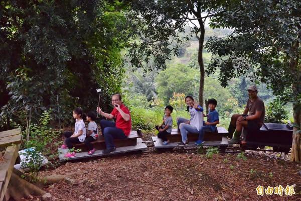 穿梭森林的簡易小火車,遊客也有機會體驗。(記者許麗娟攝)