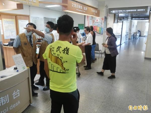 花蓮太魯閣發生落石砸傷日籍單車騎士,有台灣車友到醫院幫忙加油打氣。(記者王錦義攝)