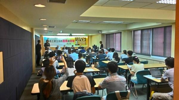 台灣勞工陣線今(12)日舉行「最低工資立法的困局與突破」座談會,要求政府制定《最低工資法》。(圖取自台灣勞工陣線協會臉書)