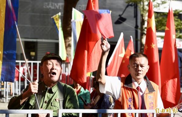 台北、上海雙城論壇登場,場外獨派與統派團體聚集叫囂。(記者羅沛德攝)