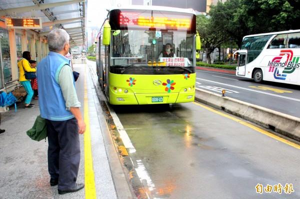 今年7月起,搭乘北市5大幹線公車後,1小時內轉乘北市聯營公車,就可以享有轉乘優惠喔!(資料照,記者郭逸攝)