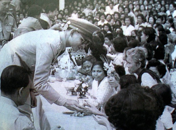 於1946年登基的蒲美蓬在位時間超過70年,深受泰國民眾愛戴。(法新社)