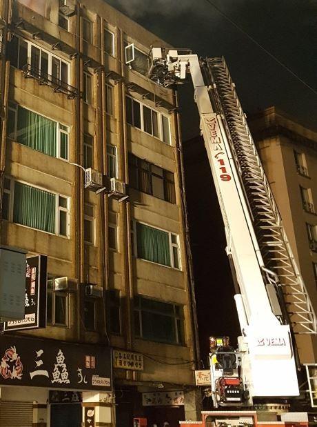 台北市濟南路一處公寓六樓今日凌晨發生火災。(記者劉慶侯翻攝)