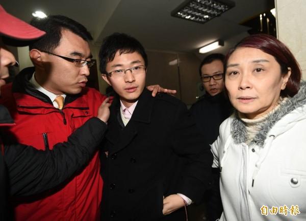 侯漢廷前往台北地檢署接受檢察官複訊,於今天凌晨被請回。(記者方賓照攝)