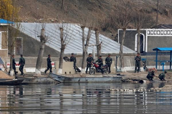 北韓士兵面帶微笑,與以往的嚴肅形象十分不同。(路透)
