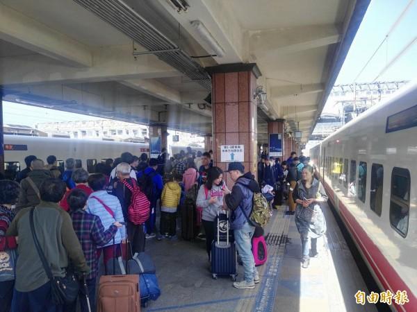 台鐵花蓮站今天下午發生售票跳電當機的意外,由於緊急復電後仍無法劃位售票,站務人員趕緊引導趕車的旅客先上車後補票。(資料照)
