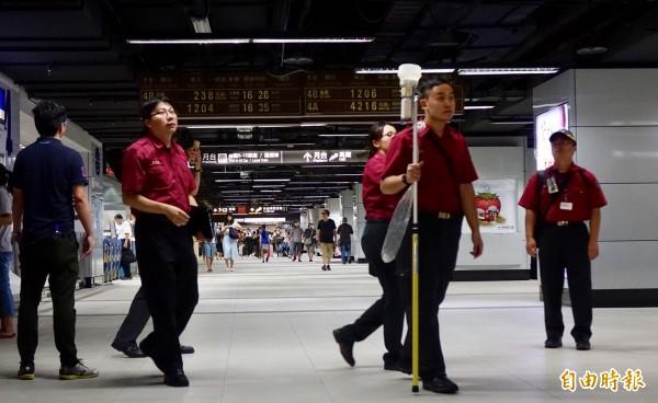台北市政府今天突檢台北車站及台北地下街,發現多項缺失。(記者簡榮豐攝)