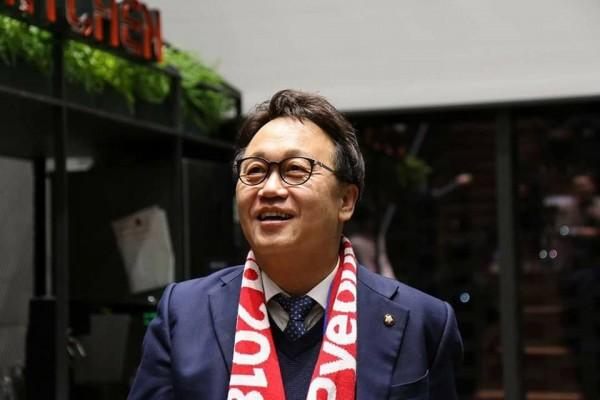 南韓執政黨共同民主黨國會議員、首爾市長競選人閔丙梪(Min Byung-doo)因捲入性騷風波,今(10日)召開記者會宣布辭去議員職位。(圖擷自閔丙梪臉書)