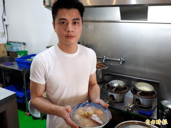 帥哥型男為你煮一碗有媽媽味道的幸福「台式鹹粥」。(記者洪美秀攝)