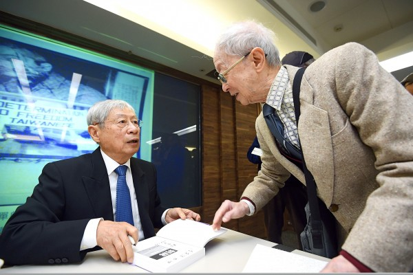 Cheng Tzu-tsai signs a copy of his new book on former president Chiang Ching-kuo at a book launch in Taipei yesterday. Photo: Chien Jung-fong, Taipei Times