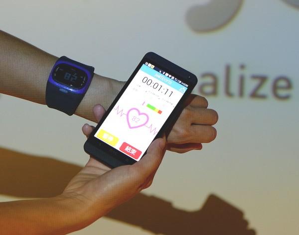 JoiiUp運動App搭配監測手錶可有效掌握心率,當心率過載也會自動警告。(記者陳炳宏攝)