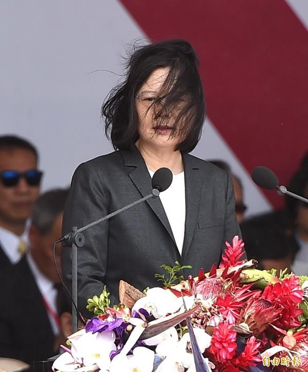 總統蔡英文昨發表國慶演說,其髮型不時被風吹亂,引起民眾議論。(資料照,記者方賓照攝)