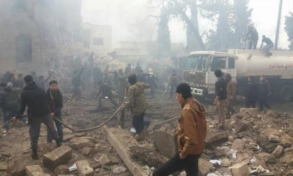 敘利亞阿札茲今(7)日發生汽車炸彈攻擊,只見爆炸現場一片狼藉,到處都是瓦礫、石塊,火勢和濃煙不斷,民眾們紛紛衝入瓦礫堆中救人,並持續抬出傷者。(圖擷取自ARnews1936推特)