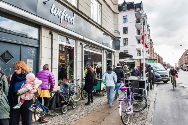 丹麥首都哥本哈根開設了一家專賣過期食物的超市「Wefood」,提倡人們不要浪費食物。(法新社)