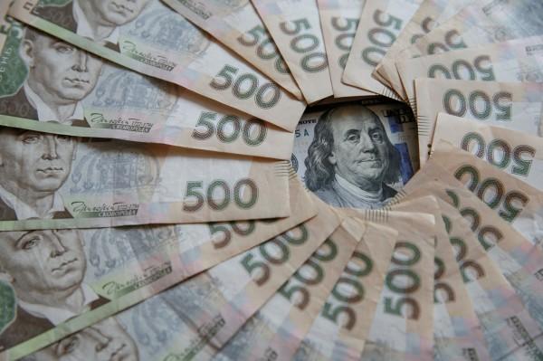 烏克蘭幣格里夫納(Hryvnia)今年兌美元匯率上漲7.6%,相對於其他新興國家,在全球兌美元匯率上表現亮眼。圖為烏克蘭500元格里夫納和美元。(路透)