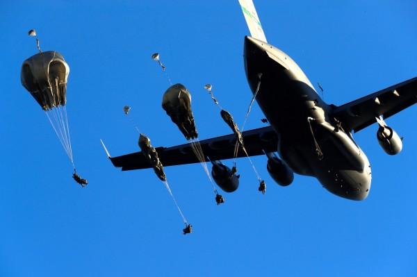 美軍C-17運輸機提早11公里空投一輛悍馬車。圖為示意圖。(路透)