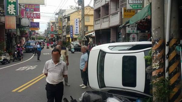 超霸氣「路邊停車」,驚動附近店家。(記者顏宏駿翻攝)
