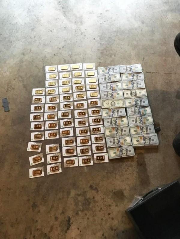 華盛頓警方於現場查獲40萬美元現金及大量黃金。(圖取自觀察者網)
