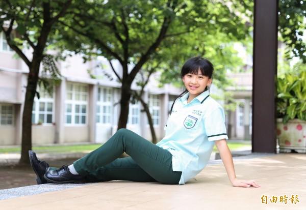 為防小黑蚊,竹崎高中自98學年度起將女學生百褶裙改為長褲,女學生認為穿長褲活動也比較方便。(記者曾迺強攝)