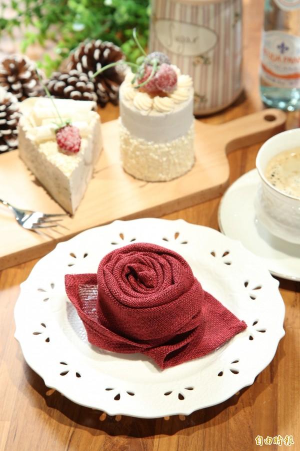 若是怕鮮花會凋零,那就摺出一朵玫瑰花送給情人吧!簡單擺設在餐桌上就超有情調。(記者沈昱嘉攝)