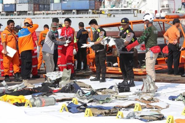 失事地點周圍漂浮著包含座椅在內的客機組件、救生衣以及乘客私人物品。(歐新社)