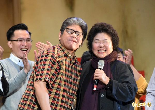 高雄市長陳菊在2萬名觀眾前,被名舞台劇製作人李永豐公然強吻。(記者張忠義攝)