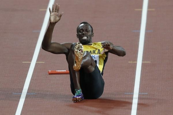 牙買加閃電波爾特(Usain Bolt)在告別戰4X100接力,於跑道上抽筋倒地。(法新社)