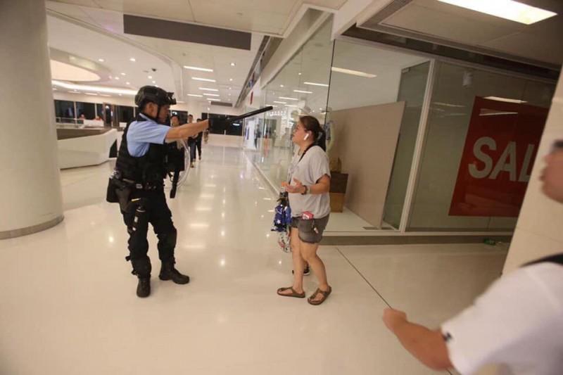當日有眾多攜家帶眷的民眾,在警方的行動中受到驚嚇。(圖擷取自TG_沙田區)