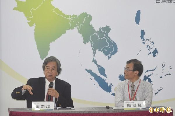 總統府資政蕭新煌(左)批評指出,各部會在推動新南向政策上,教育部非常積極,但有些部會只會光說不練。(記者叢昌瑾攝)