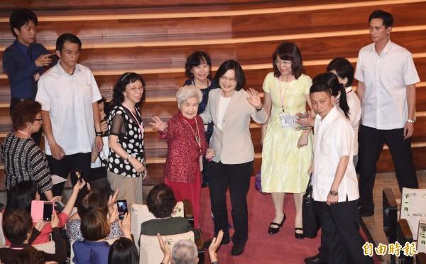 蔡英文總統(中)1日出席中山女高畢業典禮,致詞時勉勵在場畢業生要做個溫柔又有企圖心的人。(記者羅沛德攝)