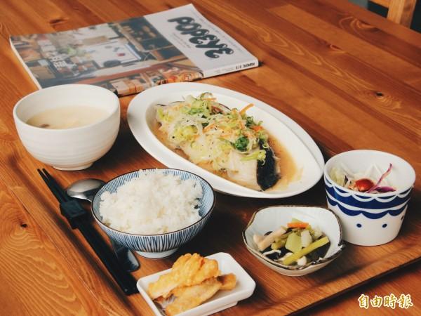 清蒸魚定食使用整尾鱸魚,是顧客必點料理之一。(即時新聞攝)