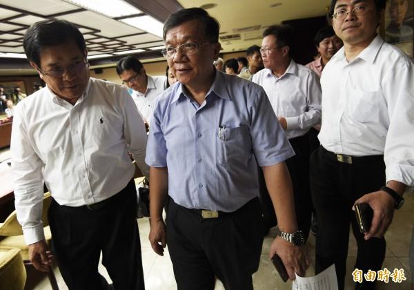 口頭請辭獲准的經濟部長李世光記者會後離開現場。(記者陳志曲攝)