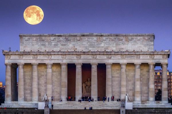 圖中建物為位於美國華盛頓特區的林肯紀念堂。(美聯社)