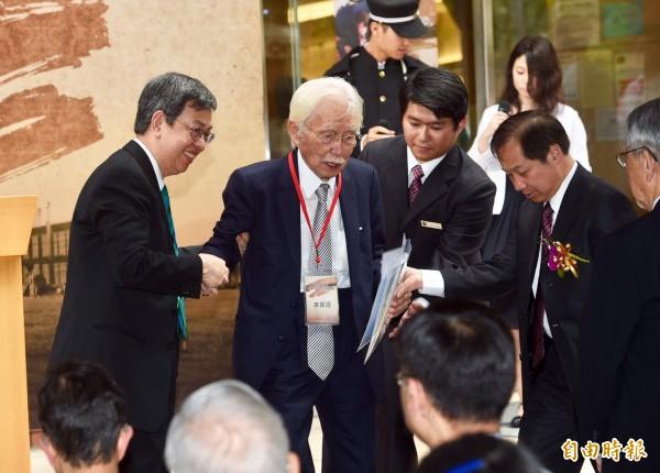 副總統陳建仁(左)、總統府資政辜寬敏(中)今天出席台北高等學校創立95週年紀念活動,辜寬敏籲年輕人要把國家的未來放在肩上。(記者羅沛德攝)