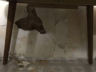 紅樓內部因拆除工程影響導致牆壁剝落。(圖擷自港議員朱凱廸臉書)