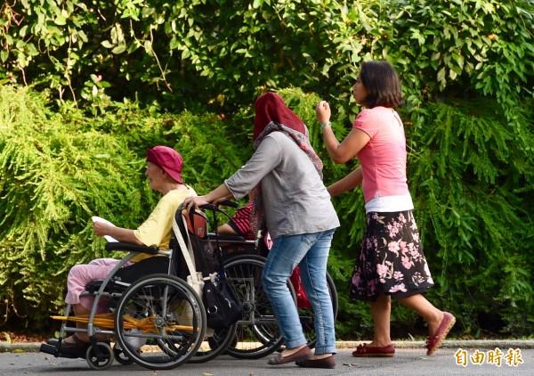 針對台灣基本工資明年起將調漲至新台幣2萬2000元,印尼政府表示,將要求在台看護工至少調薪10%。(資料照,記者羅沛德攝)