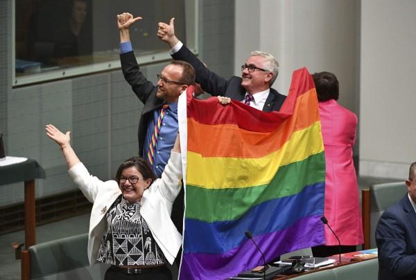 澳洲眾議院今(7)日以壓打性票數通過一項歷史性的婚姻法修正案,讓同性婚姻合法化。(美聯社)